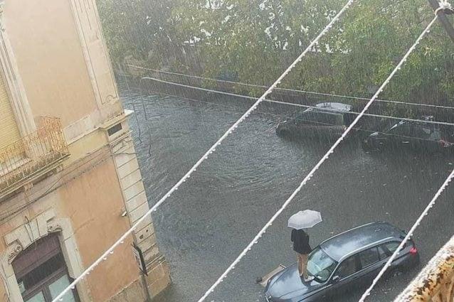 Nubifragio a Siracusa, 5 famiglie evacuate: strade allagate, crolli, e persone sui tetti delle auto