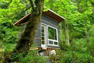 Meno di 500 euro per una casa: ecco l'abitazione fatta di materiali riciclati