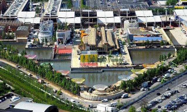 Nella foto di Expo Milano 2015 notiamo il Children Park completato, il Padiglione Cina, Uruguay, Argentina, Thailandia e Colombia finiti.