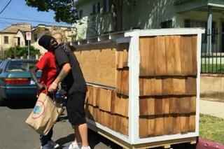 Los Angeles: uomo costruisce una mini-casa per la senzatetto che dorme vicino a casa sua