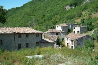 Italia: vendesi intero borgo medievale a 550 mila euro