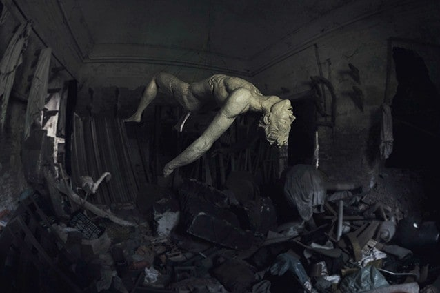 Abandoned H.Ell. Affascinante statua in gesso appesa al soffitto nelle cantine di un castello abbandonato in seguito ad un terremoto che ha reso inaccessibile la maggior parte delle stanze.