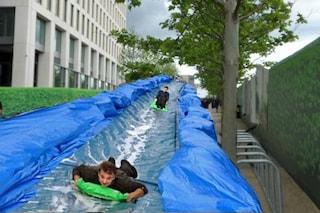 Londra: le strade diventano scivoli d'acqua giganteschi