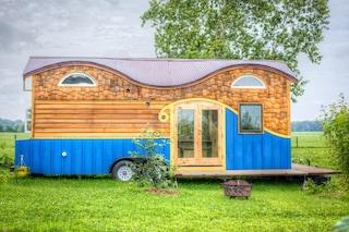 Comprano una vecchia roulotte e la trasformano in una casa per quattro persone