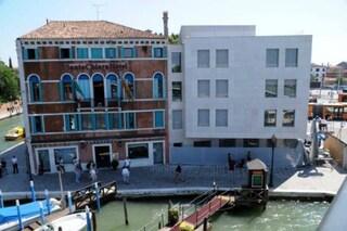 Venezia: un cubo bianco sul Canal Grande indigna la città