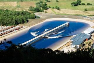 Surf nel Regno Unito? Ecco il parco con la più lunga onda navigabile artificiale del mondo