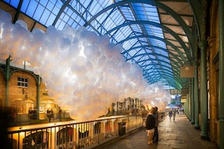 Londra: 100000 palloncini bianchi invadono Covent Garden