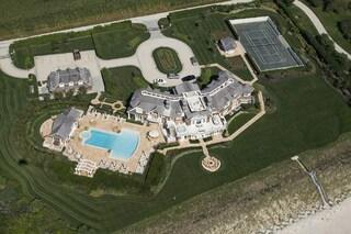 Compra la casa del suo ex capo per abbatterla e ricostrurla più grande