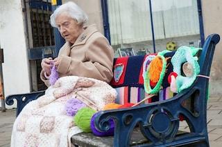 A 104 anni lavora a maglia per decorare le città: è la street artist più anziana del mondo