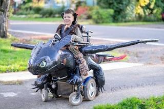 È sulla sedia a rotelle ma il padre gli costruisce un fantastico costume per Halloween