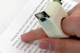 Invenzione rivoluzionaria: ecco il primo anello che legge i libri ai non vedenti
