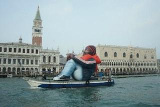Un Profugo Gonfiabile in Laguna: Venezia richiama l'attenzione sull'emergenza rifugiati