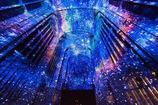 Il cielo in una chiesa: la cappella gotica di Cambridge si trasforma in una notte stellata