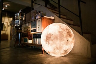 Design galattico: ecco la lampada che porta la luna in casa vostra