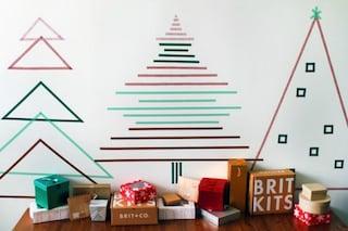 Problemi di spazio in casa? Come creare un albero di Natale con il nastro adesivo