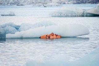 La street art contro i cambiamenti climatici: mani e visi si sciolgono con i ghiacciai