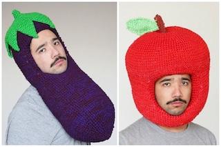 Contro il gelido inverno: ecco gli enormi cappelli a forma di cibo