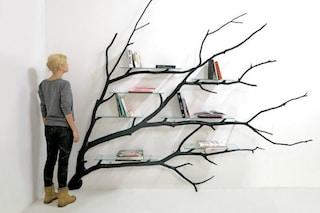 Trova un ramo caduto e lo trasforma in una splendida libreria: il risultato è incredibile