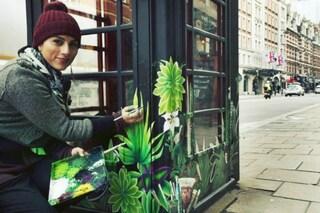Trasforma le cabine telefoniche in opere di street art: il risultato è incredibile
