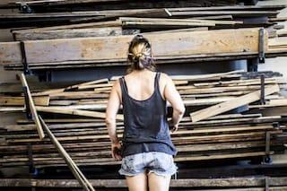 Raccoglie tutto il legno che trova a New York e quello che crea è incredibile