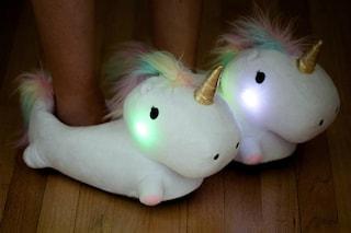 Si illuminano quando si cammina: le pantofole unicorno non vi lasceranno mai al buio