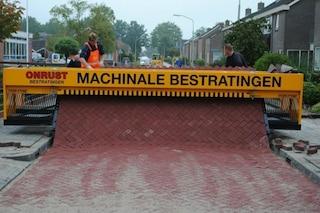 Rivoluzione in strada: ecco la prima macchina che srotola i mattoni