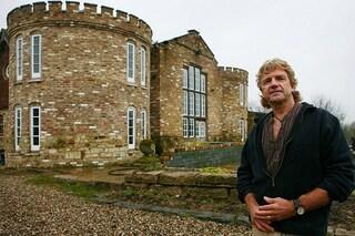 Costruisce un castello e lo nasconde dietro delle balle di fieno: il motivo è incredibile