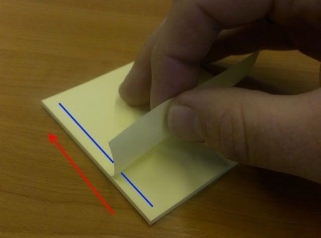 Ecco come dobbiamo staccare i post–it per non farli cadere: da sinistra verso destra o viceversa.Fonte http://blog.whitehorses.nl/2013/05/17/how–to–stick–a–sticky–note/