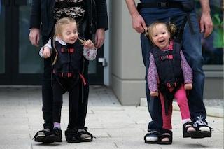 Una mamma crea una speciale imbracatura per far camminare il figlio disabile