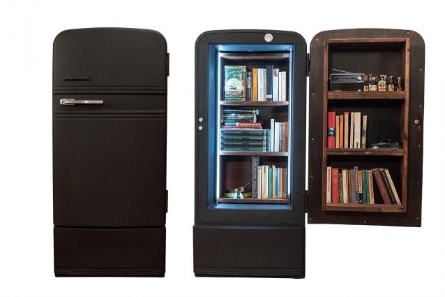 Ecco come un vecchio frigo diventa un\'originale libreria col fai-da-te