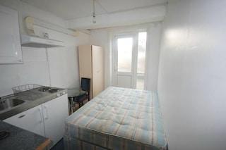 Dal letto in cucina al water a vista: benvenuti nelle peggiori stanze in affitto del mondo