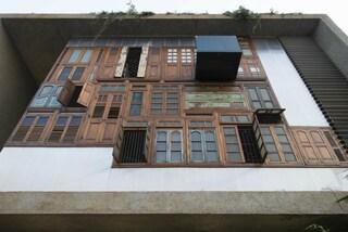 Mumbai: ecco la casa che ricicla porte e finestre per creare una facciata