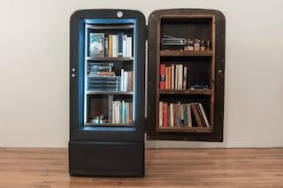 Ecco come un vecchio frigo diventa un'originale libreria col fai-da-te
