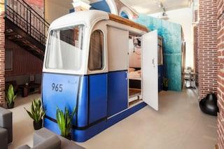 Dormire in un tram, in una biblioteca o in un santuario: benvenuti all'Hotel Not Hotel