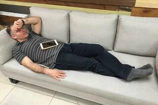 Scoprono il capo che dorme in ufficio: ecco la terribile vendetta sui social