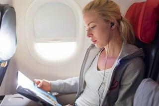 Ricaricano telefoni e tablet sull'aereo: ecco come saranno i finestrini del futuro