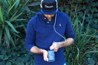 Ricarica lo smartphone con l'energia solare: ecco il cappello dell'estate