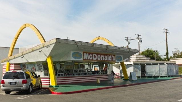 Il più antico ristorante McDonald, aperto nel 1953, si trova a 10207 Lakewood Blvd. a Florence Ave. a Downey, California.