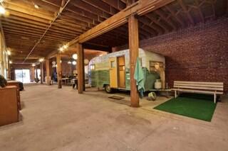 L'alloggio è un camper in un loft: ecco la stanza in affitto più strana di Airbnb