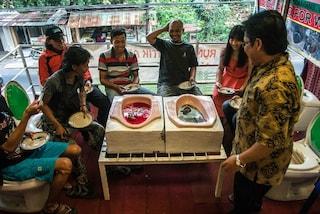 """Si mangia e si beve nelle latrine seduti sui water: in Indonesia apre il """"toilet cafe"""""""