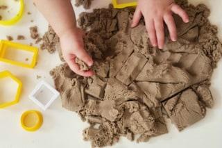 Kinetic Sand: la sabbia infinitamente modellabile che non si appiccica alle mani
