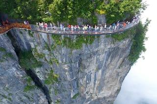 Cina, il ponte di vetro è da brividi: ecco il nuovo Coiling Dragon Cliff skywalk