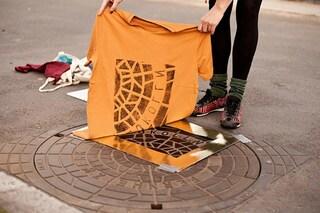 Usa i tombini delle città per creare originali stampe: ecco un souvenir geniale