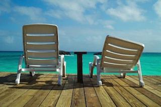 Vecchi ombrelloni, sdraio rotte e salvagenti bucati: come riciclare gli accessori del mare