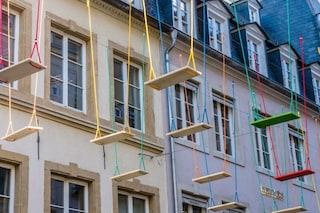 Lussemburgo, la città si riempe di altalene sospese: ecco perché