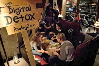 Ristoranti e alberghi anti-smartphone e pc: arriva la digital detox per socializzare
