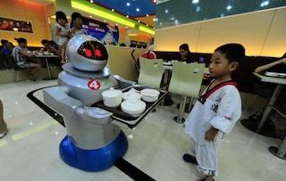 Cina, ecco il più grande ristorante di robot al mondo