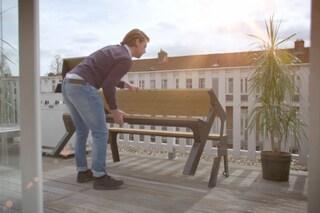 Come arredare il balcone in città: ecco la panchina che diventa tavolo in pochi secondi