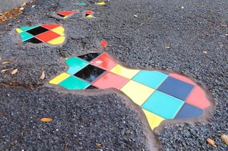Genova, le buche nell'asfalto diventano opere di street art