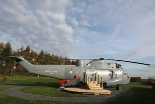 Trasformano un elicottero in una casa vacenze: ecco come fare glamping in volo